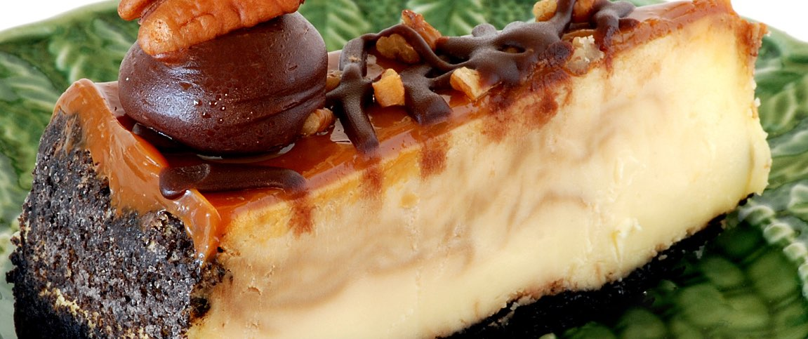 Cheesecake Topped with Caramel and Pecans